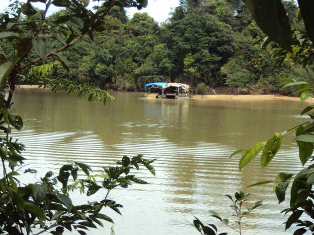 Moradores de Tucumã denunciam a presença de balsas de garimpeiros nos rios Fresco, Branco e Xingu (Foto: Arquivo pessoal)