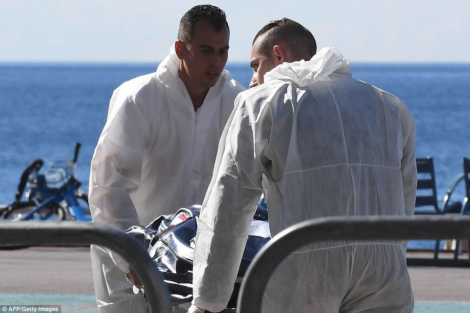 Especialistas forenses evacuar um corpo morto à beira-mar Promenade des Anglais na cidade francesa Riviera de Nice