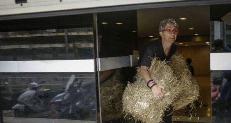 Μεσολογγίτισσα ακτιβίστρια πέταξε σανό στα γραφεία των ΑΝ.ΕΛ.! (Φωτό)