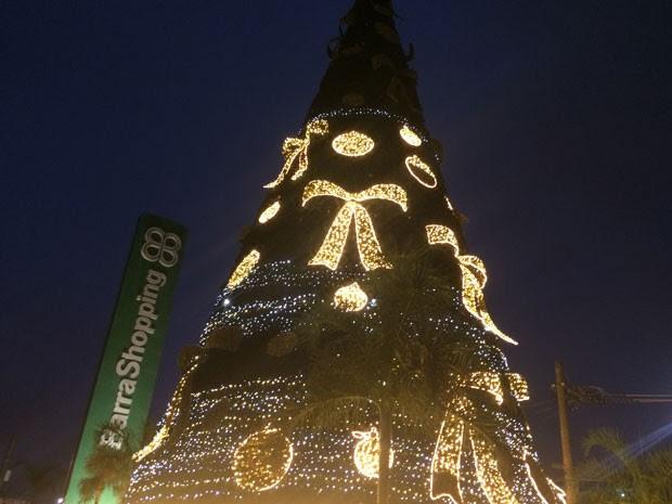 Barra Shopping instalou imensa árvore de Natal quase na calçada (Foto: Daniel Silveira / G1)
