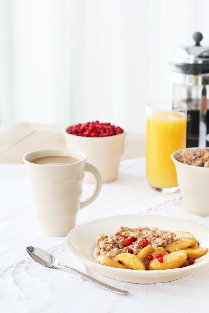 Breakfast and caramelized apple oatmeal porridge / Hommikusöök, sh kaerahelbepuder praetud õuntega