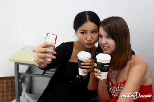 Li and Millianna, a car model from the United States, were taking pictures of themselves during rest time
