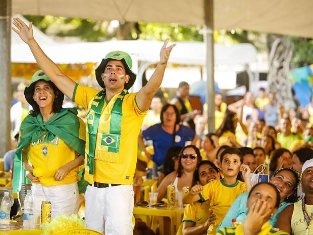 Torcida acompanha jogo do Brasil no Sítio Trindade (Foto: Andrea Rego Barros/ PCR)
