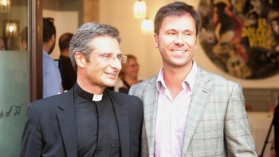 """Prelato polacco si dichiara gay. Il Vaticano: """"Dovrà lasciare incarichi"""". Lui: """"Omofobia paranoica"""""""