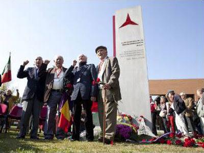 José Carrillo, rector de la UCM, y tres excombatientes, en la inauguración del monumento a las Brigadas Internacionales. G.SANZ