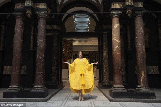 Ambiente espectacular: Modelo Bianca Gavrilas poses no V & A Medieval e do Renascimento Gallery