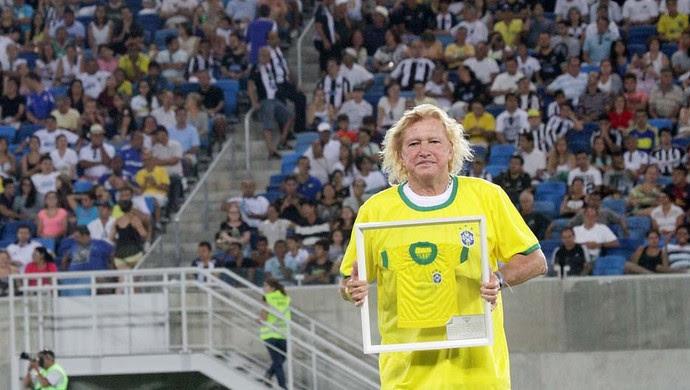 Marinho Chagas, ex-lateral da Seleção Brasileira, é homenageado pela FNF (Foto: Canindé Soares)