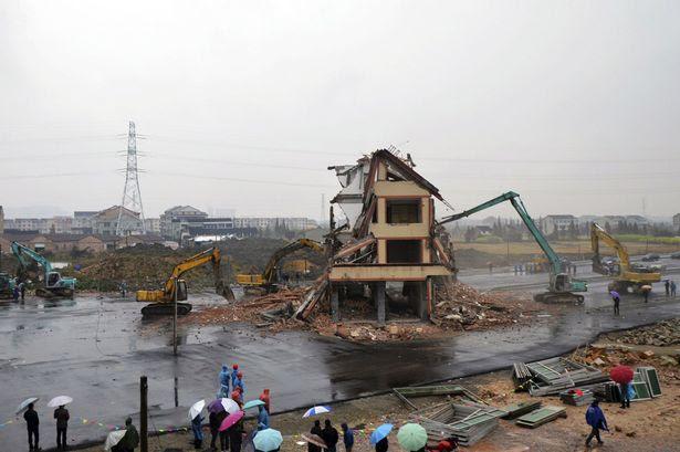 Derribado: El edificio de cinco pisos se derrumba