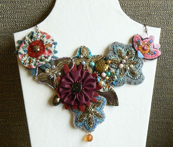Fabric Necklace Embroidered Gold por mybeadyeye en Etsy, £37,00