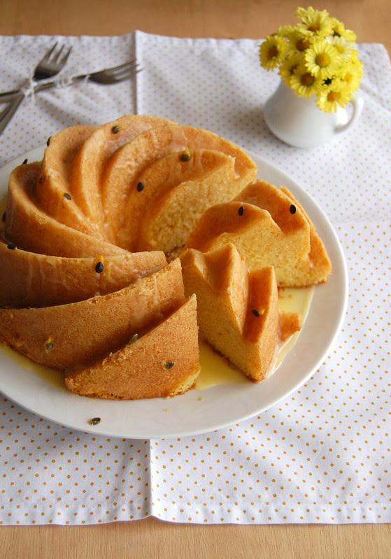 Cornmeal cake with passion fruit glaze / Bolo de fubá com calda de maracujá