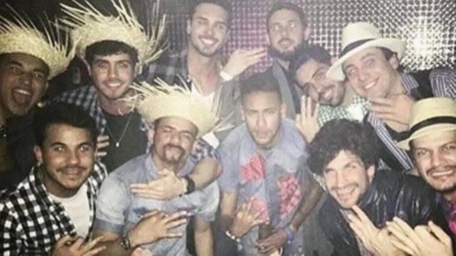 Neymar com os parças em festa junina
