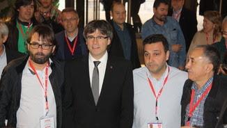 Puigdemont en el Congrés de la UGT de Catalunya, amb el secretari general, Camil Ros, a la seva dreta; el president, Matías Carnero, i el líder de la UGT estatal, Josep Maria Álvarez, a la seva esquer