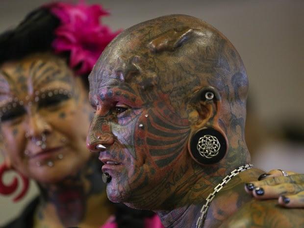 Casal de uruguaio e argentina pintou até os olhos com tatuagens (Foto: Rodrigo Gorosito/G1)