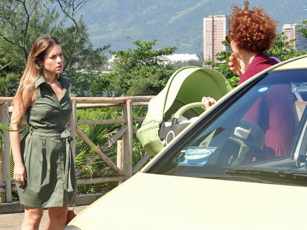 Beatriz aparece de surpresa e Esther fica assustada  (Foto: Fina Estampa/TV Globo)