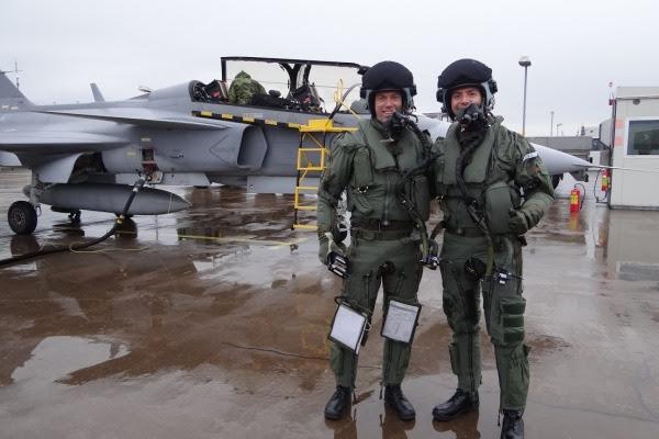 Capitán Pascotto FAB (derecha), junto con el instructor sueco, poco después del primer vuelo del Gripen de Suecia. (Foto: Agencia a través de la Fuerza Aérea)