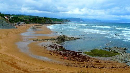 viento y lluvia en la playa de Sopelana. Las olas pequeñas