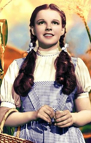 Judy Garland como Dorothy em O Mágico de Oz (1939) usando um vestido de algodão por Adrian Adolph