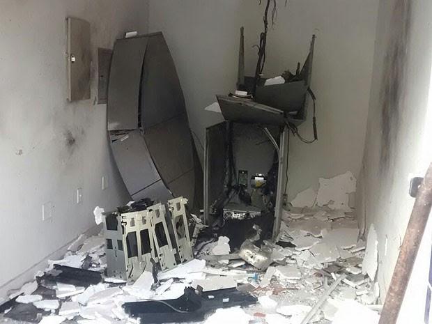 Bandidos explodem caixa eletrônico que fica ao lado de delegacia