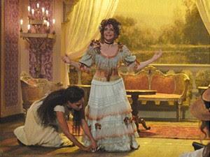 Isabel salva Diva, que fica com vestido preso (Foto: Lado a Lado/TV Globo)