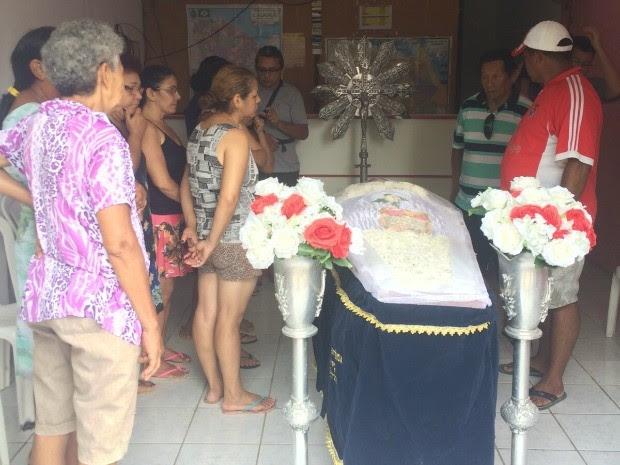 Familiares velam o corpo de uma das vítimas da série de assassinatos na Grande Messejana (Foto: Aline Oliveira/ TV Verdes Mares)