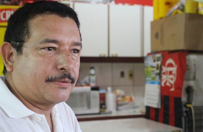 Lindomar Souza Angelim, 51 anos, é torcedor fanático do Flamengo (Foto: Hugo Crippa)