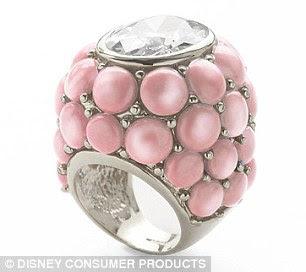 Um anel de pérola, 160 dólares por jóias Noir, foi colocado à venda esta semana