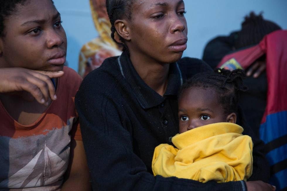 Migrantes africanos, que fueron rescatados por guardacostas libios, en Trípoli (Libia).