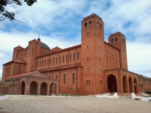Arquitetura da frente da abadia têm estilo rústico (Foto: Giliardy Freitas/TV Tem)