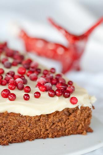 Estonian Christmas cake with cream cheese frosting / Pehme piparkook toorjuustuglasuuriga