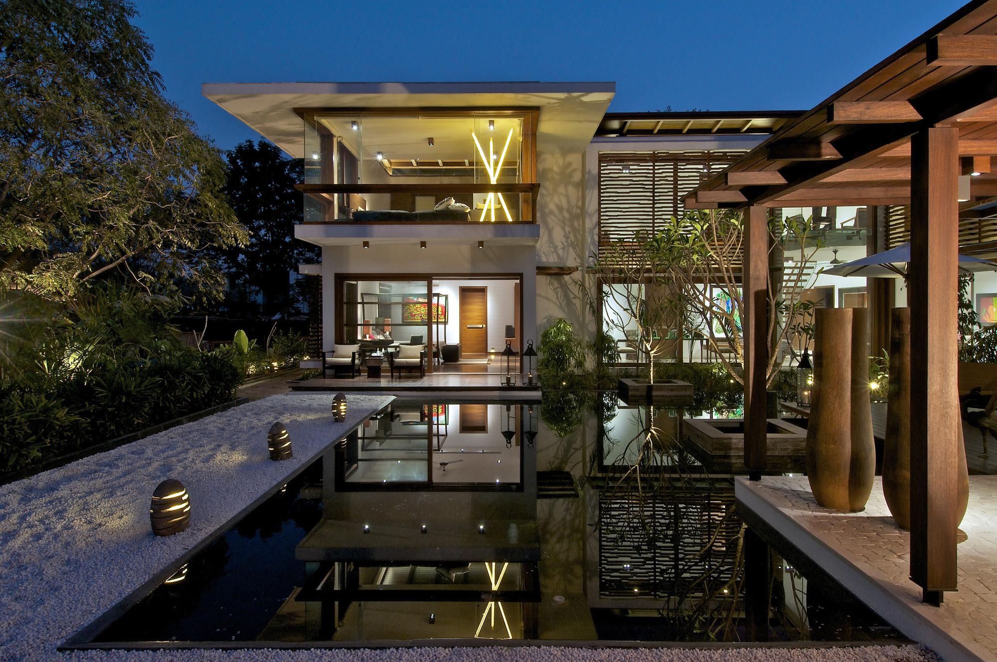 The Courtyard House / Hiren Patel Architects, © Sebastian ...