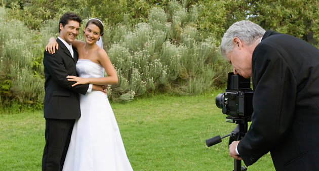 Hochzeitsfotograf beim Fotografieren von Hochzeitspaar