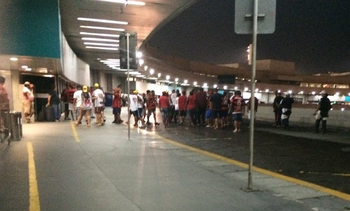 Torcedores do Flamengo socam ônibus do clube com os jogadores dentro (Foto: Chandy Teixeira)