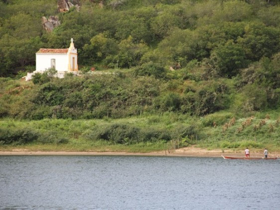 Capela é um dos atrativos no trajeto pelo rio até o povoado de Entremontes (Foto: Waldson Costa/G1)