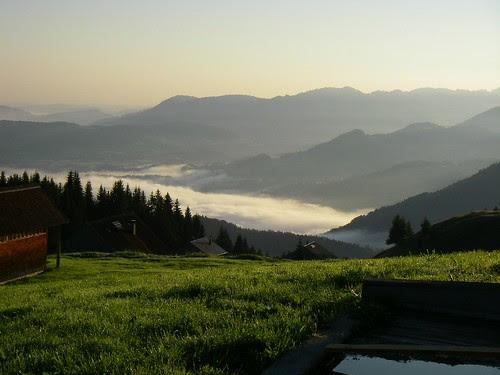 Photo von Dominik Bartenstein, Blick ins Tal, Nebel, Berge, Wiese