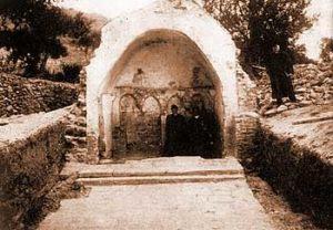 Остаци црквице Св. Петра у Селу (фотографија из 1910. год., пре рушења црквице 1918. године), коју је подигао сплитски грађанин Петар Црни око 1080. године.