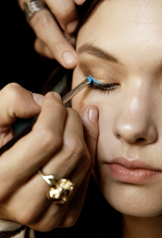 NEON EYELINER BEAUTY BRIGHT BLUE BACKSTAGE FASHION BEAUTY  NUDE LIPS INSPIRATION FASHION BLOG 4