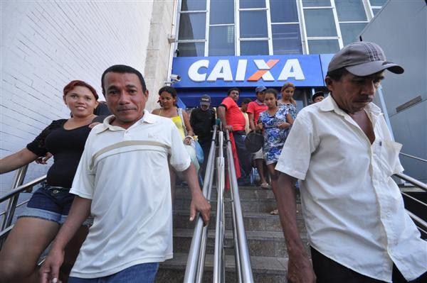 Os manifestantes aguardam a entrega de uma planilha com a data para as reformas e construções