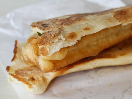 厚餅油條 fried cruller + pancake (阜杭豆漿)