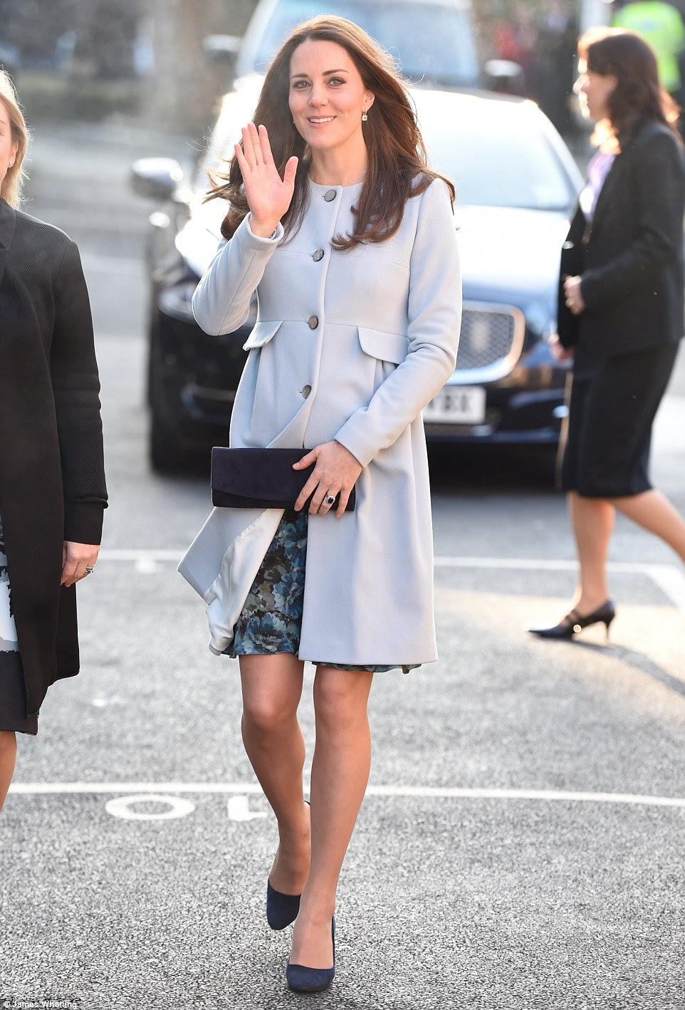 Księżna Cambridge w Kensington / Królowa na nabożeństwie w Sandringham.