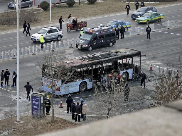 Bombeiros e policiais fazem o trabalho de rescaldo após o ônibus pegar fogo na China (Foto: Stringer/Reuters)