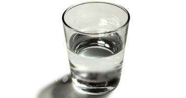 الغرغرة بالماء الدافئ المضاف إليه الملح لعلاج التهابات الحلق