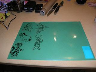 Контур витражной картинки надо высушить перед раскраской