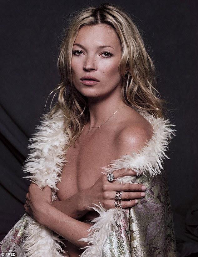 Sentindo um pouco de frio?  Kate envolve-se em um aspecto que como um tapete como ela um de seus modelos de colares