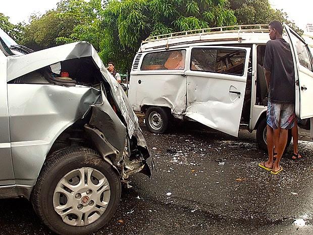 Acidentes e carreta quebrada na  via travam trânsito em Salvador (Foto: Imagem/ TV Bahia)