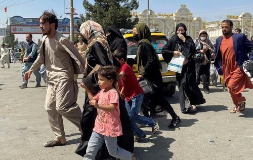 """""""Desesperación absoluta"""": el número de muertos aumenta mientras la multitud afgana aterrorizada recorre la pista en el aeropuerto de Kabul y se aferra a los aviones que parten"""