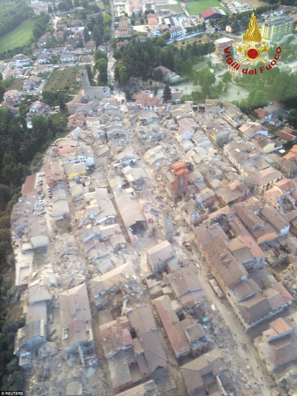 Detritos: Esta é uma vista aérea de Amatrice, cujo centro histórico foi exterminada pelo forte terremoto durante a noite