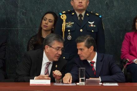 El ombudsman Luis Raúl González Pérez y el presidente Enrique Peña Nieto. Foto: Miguel Dimayuga