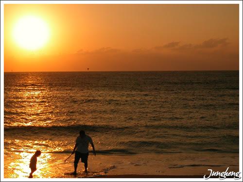 漁人碼頭的夕陽與戲水父子