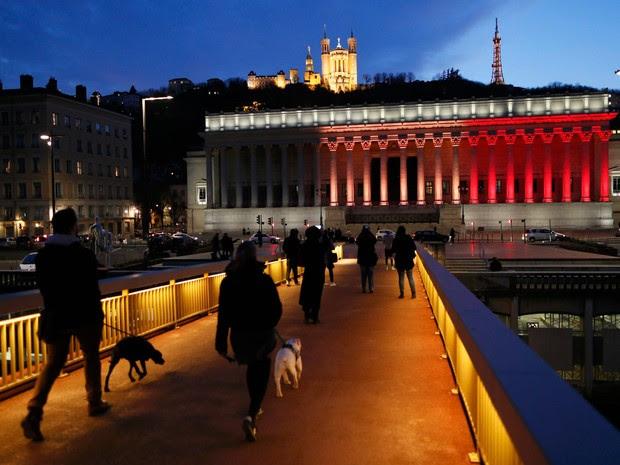 O Palácio da Justiça em Lyon, na França, é iluminado com as cores da bandeira da Bélgica em homenagem às vítimas dos ataques terroristas desta terça (22) (Foto: Robert Pratta/Reuters)