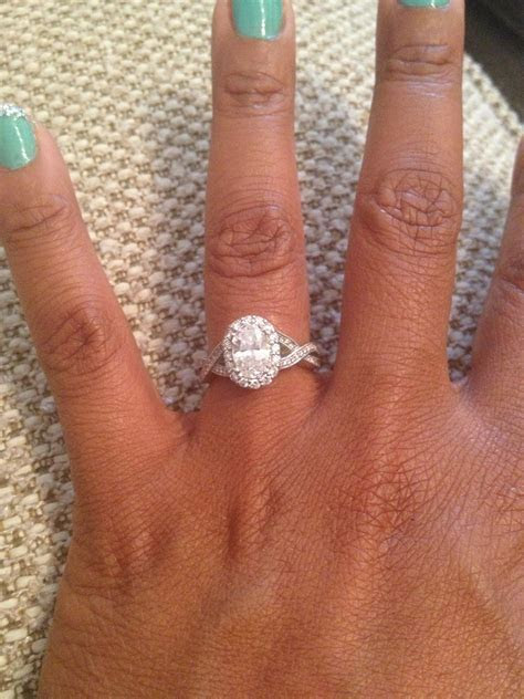 Oval diamond. Twisted band. My perfect engagement ring
